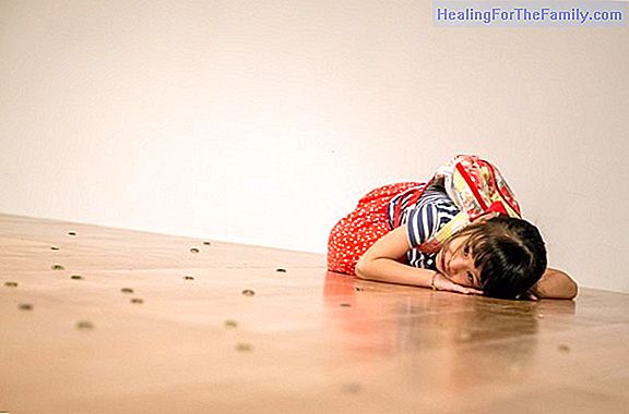 Children who hit their heads on the floor in a tantrum