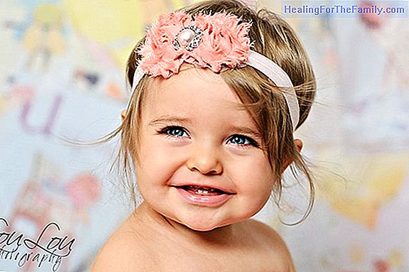 Headband adorned with a balloon Christmas flower for girls
